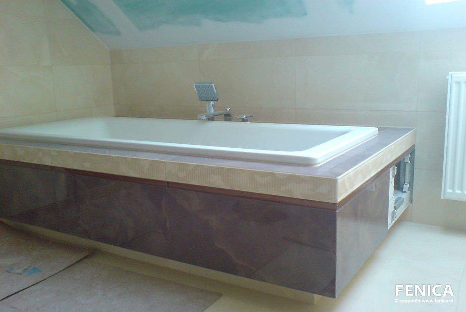 Badkuip geplaatst en keurig afgewerkt, inclusief tegelen